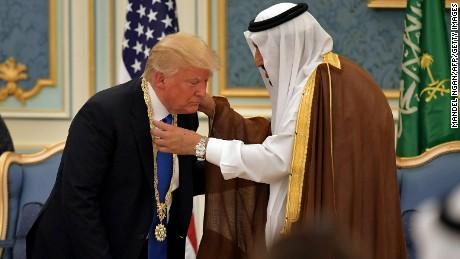 Saudi-decorates-Trump.jpg