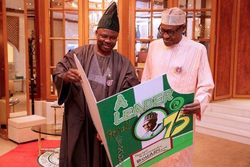 Buhari-cuts-cake5.jpg