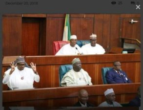Photo exposes Saraki, as Buhari rubbishes rude lawmakers with his 4+4 gesture